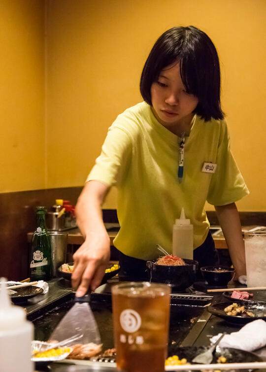 One of the employees making the food