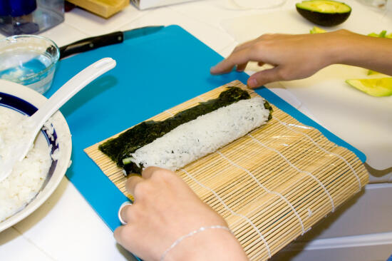 Rolling the uramaki