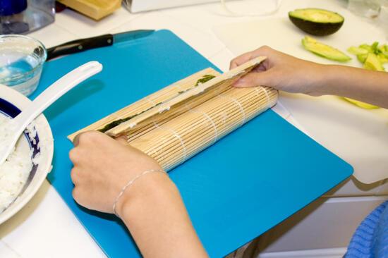Rolling the uramaki