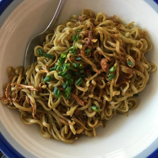 Green noodles and fried onions