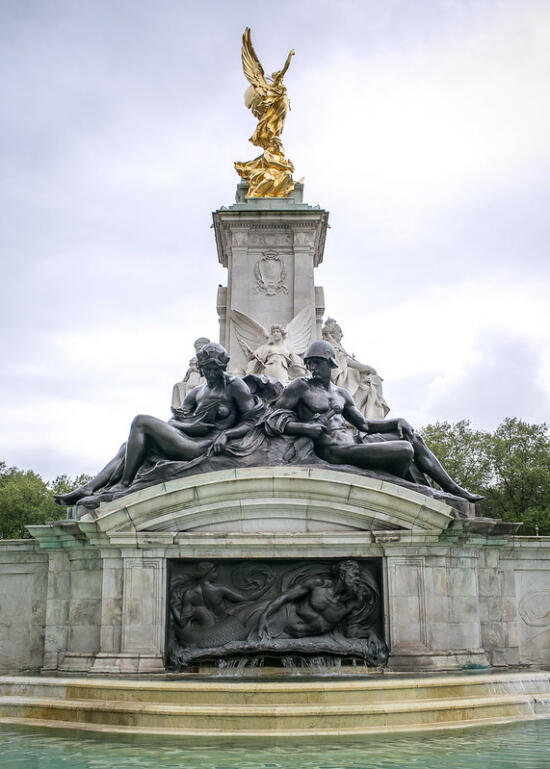 Fountain in front of Buckingham Palace