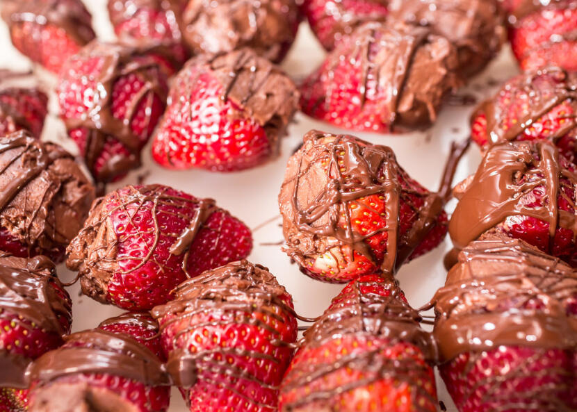 chocolate cheesecake-stuffed strawberries